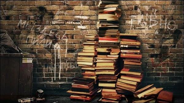 積み上げられた大量の本