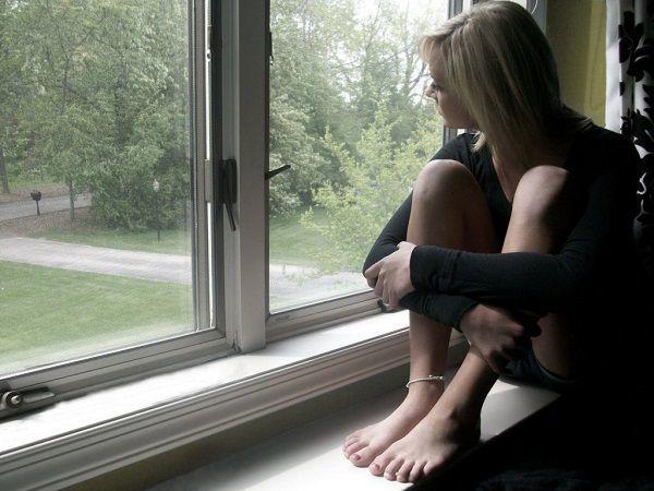 窓際の女性