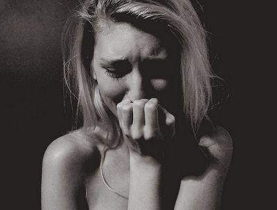 泣きじゃくる女性