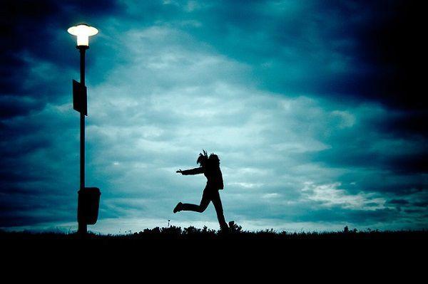 夕暮れに小走りする女性