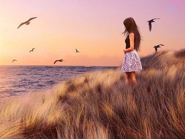 海沿いに立つ少女