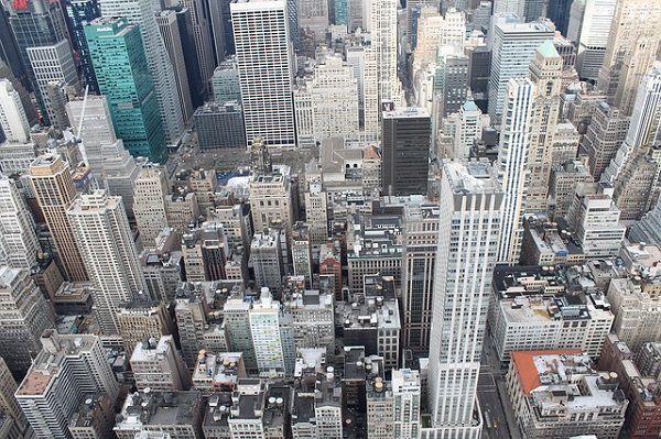 高いビルを見下ろす