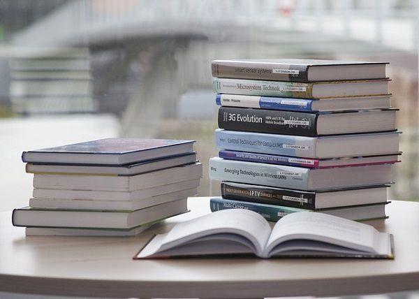 積んである本