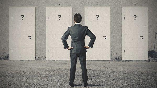 ドアの前で迷う男