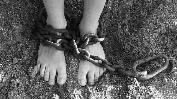 足首に繋がれた鎖