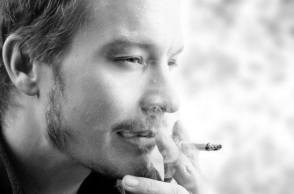 タバコを吸う男