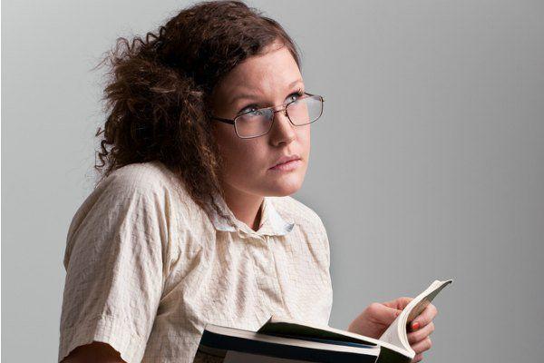 勉強をする少女