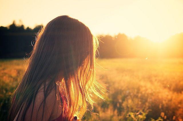 夕日と少女