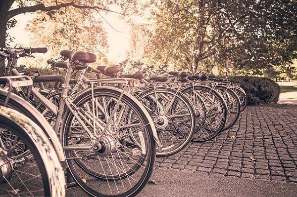 歩道に停められた自転車