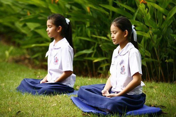 芝生で瞑想する女の子たち