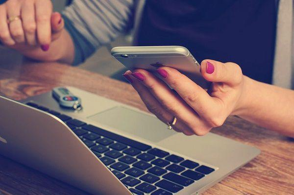 仕事中にiPhoneを気にする女性