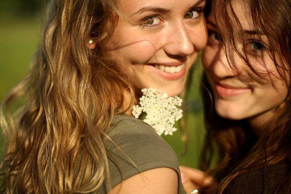 草原の2人の少女
