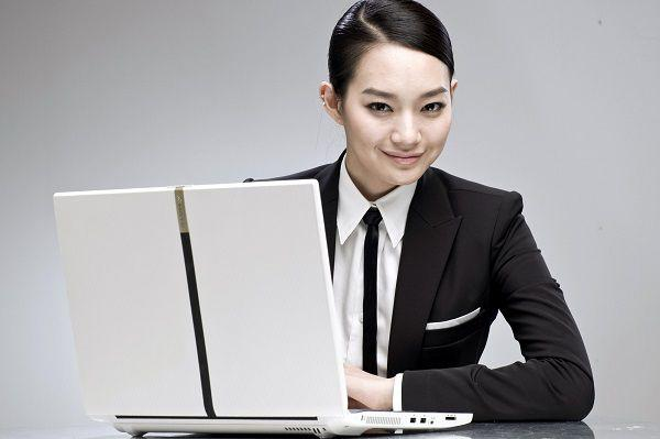 ノートPCとアジア女性