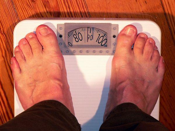 体重計に乗る男性の足