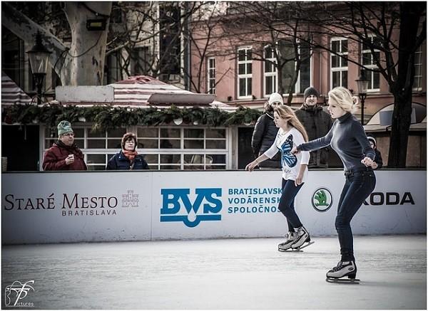 アイススケートをする女性