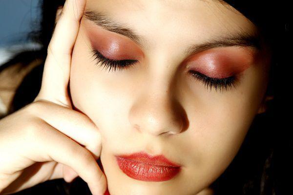瞼を閉じた女性