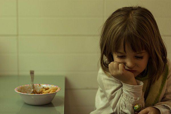 キッチンで悩む少女