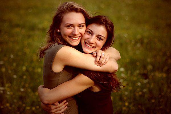 草原で抱き合う女性たち