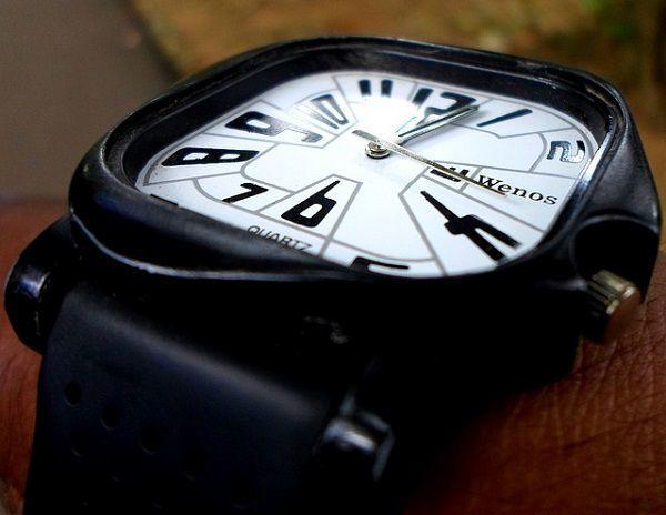 四角い腕時計