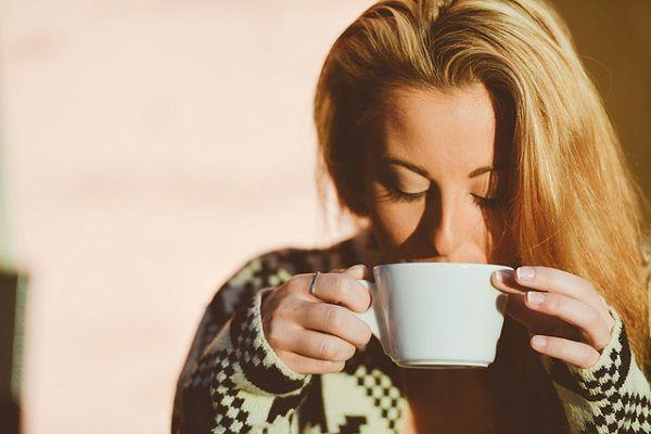 マグカップをすする女性