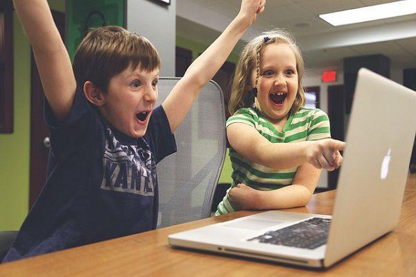 macの画面をみてはしゃぐ子供たち