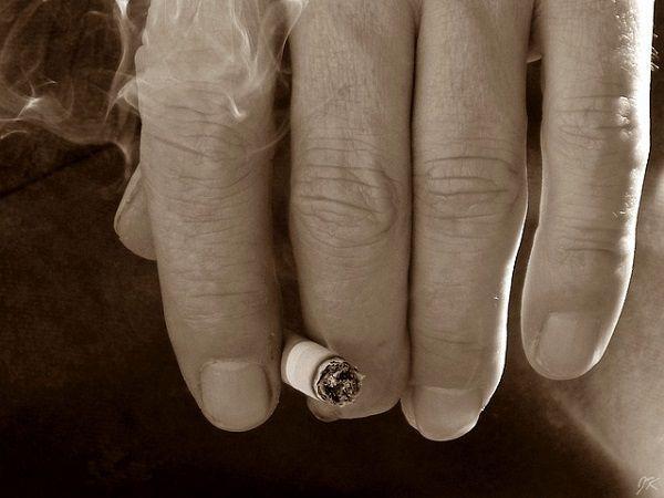 タバコをはさむ指