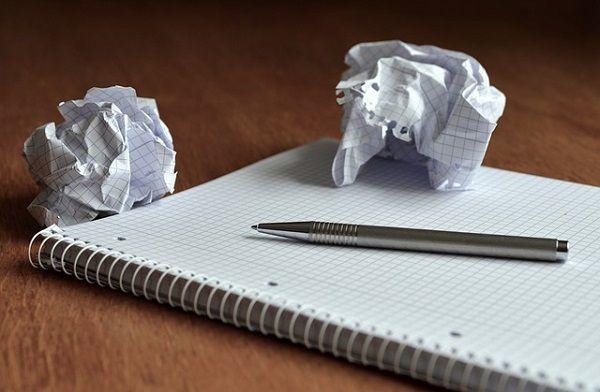 丸めた紙とノートとペン