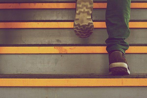 階段を上がる靴