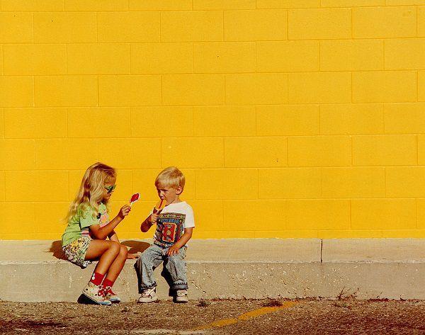 黄色い壁の前の2人