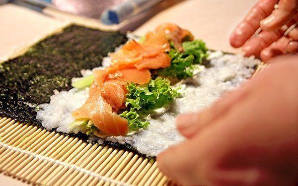 巻き寿司を作る寿司職人