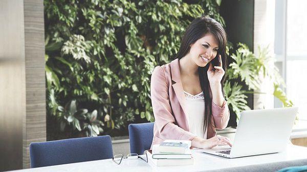 オフィスで電話をかける女性