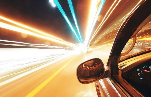 トンネルの中で加速する車