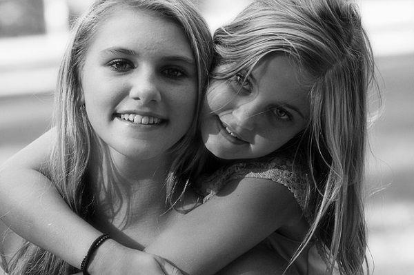 親友に抱き付く少女