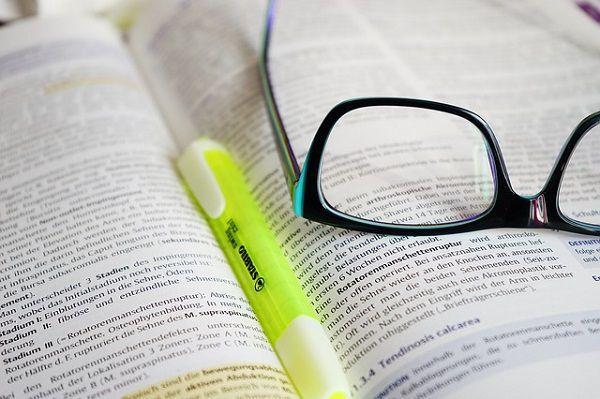 蛍光ペンとメガネ