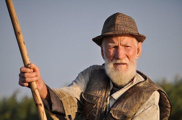 棒を持つ老人