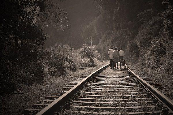 線路を歩く家族