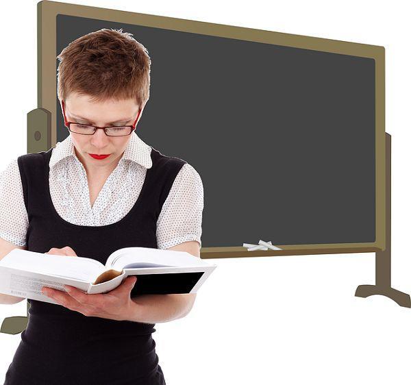 教える女性