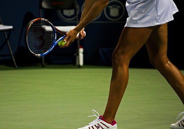 テニスのサーブを打つ選手