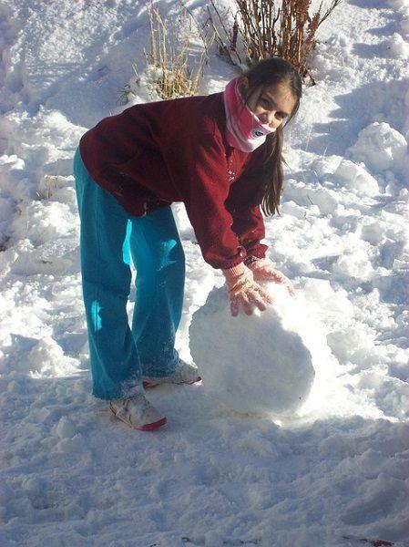 雪だるまを作る少女