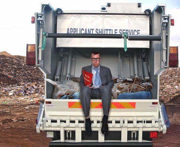 ゴミ収集車とビジネスマン