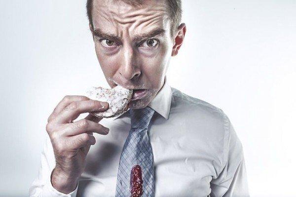 食べ続ける男