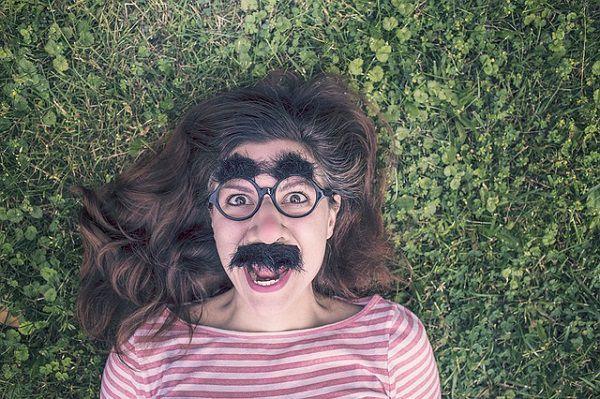 ヒゲメガネで寝そべる女性