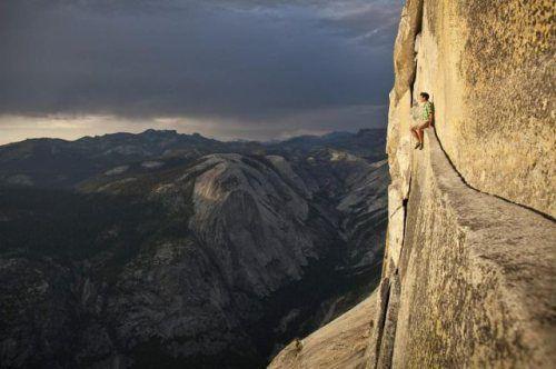 崖の凄いところに座る人