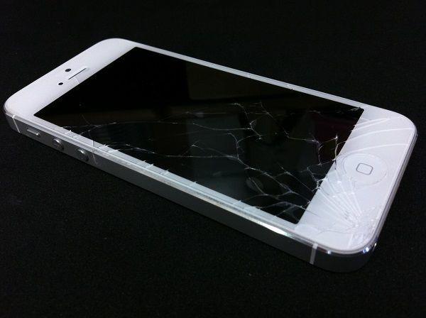 画面が割れたiPhone