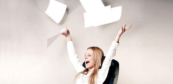 書類を投げ捨てる女性