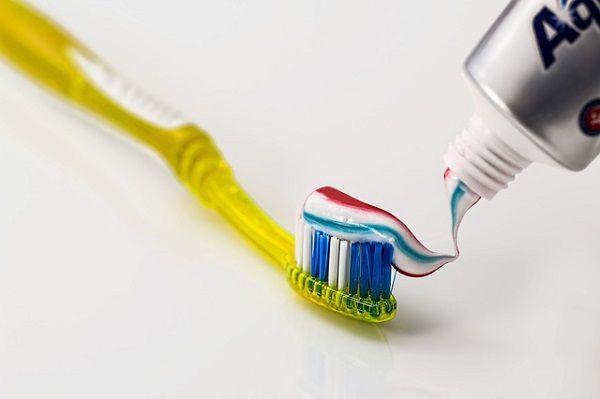 歯磨き粉をつけた歯ブラシ