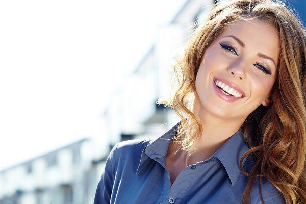 美しく微笑む女性