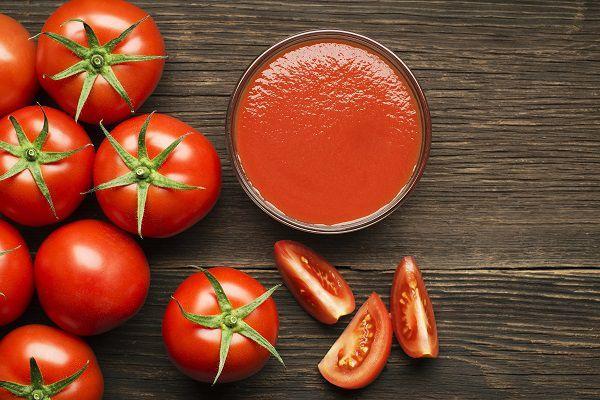 テーブルの上のトマト