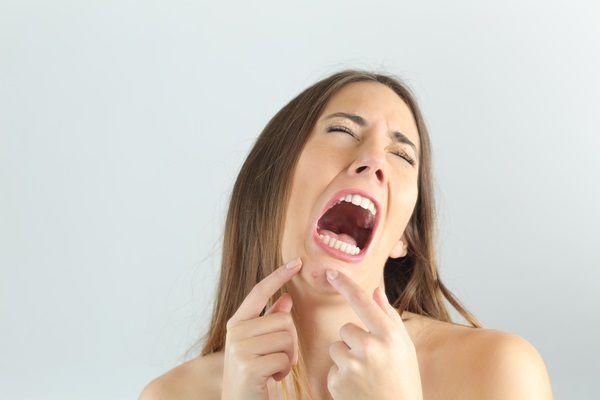 あごの吹き出物が痛い女性