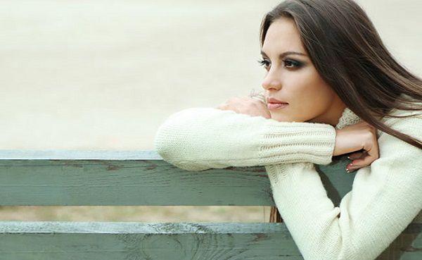 ベンチで遠くを見つめる女性